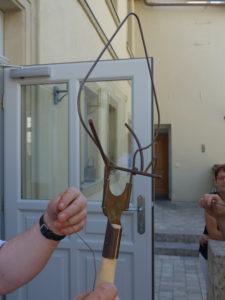 Der Kasperl - ein altes Gerät zum Befestigen der Hopfendrähte als Geschenk für den Braumeister